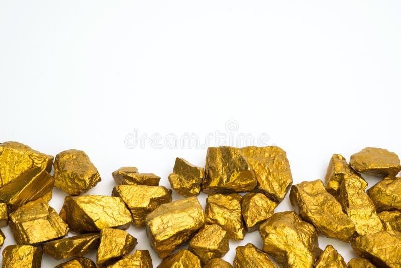 Ένας σωρός των χρυσών ψηγμάτων ή του χρυσού μεταλλεύματος στο άσπρο υπόβαθρο, πολύτιμο πέτρα ή κομμάτι της χρυσής πέτρας, της οικ στοκ εικόνα με δικαίωμα ελεύθερης χρήσης