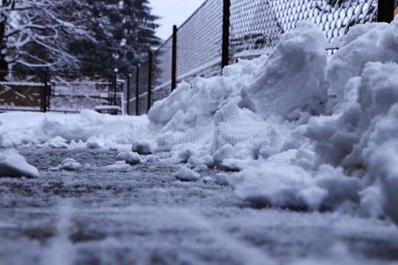 Ένας σωρός χιονιού κοντά στο φράκτη Να δοκιμάσει να φτυαρίσει το χιόνι από driveway Το coverlet χιονιού είκοσι εκατοστόμετρων πρέ στοκ εικόνες