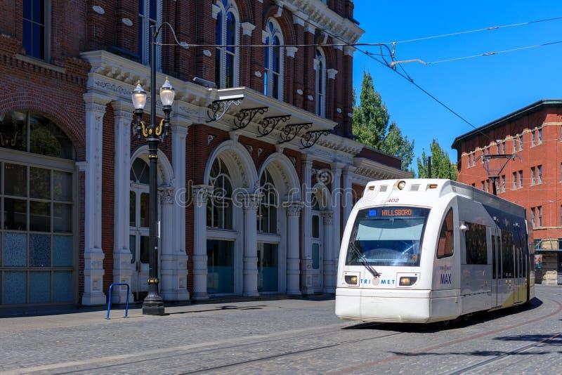 Ένας τίτλος τραίνων μετρό Trimet μέσω μιας πόλης κοντά στην περιοχή πηγών Skidmore, Πόρτλαντ, Όρεγκον στοκ εικόνες με δικαίωμα ελεύθερης χρήσης