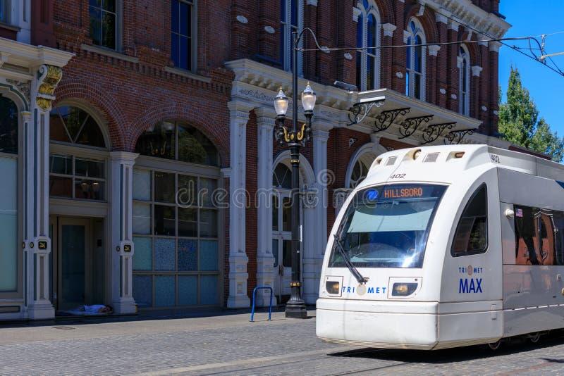 Ένας τίτλος τραίνων μετρό Trimet μέσω μιας πόλης κοντά στην περιοχή πηγών Skidmore, Πόρτλαντ, Όρεγκον στοκ εικόνα