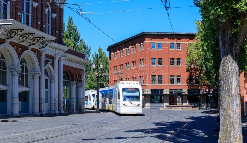 Ένας τίτλος τραίνων μετρό Trimet μέσω μιας πόλης κοντά στην περιοχή πηγών Skidmore, Πόρτλαντ, Όρεγκον στοκ εικόνες