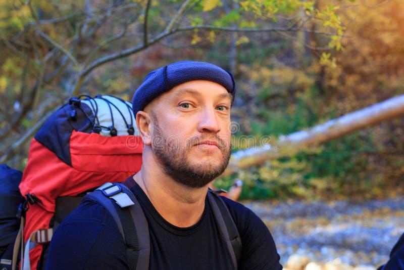 Ένας ταξιδιώτης με ένα σακίδιο πλάτης, η έννοια του τουρισμού και ελεύθερος χρόνος στοκ εικόνες με δικαίωμα ελεύθερης χρήσης