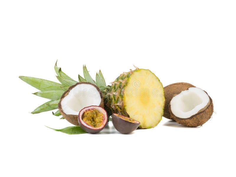 Ένας τεμαχισμένος εξωτικός ανανάς, ένας λωτός και καρύδες που απομονώνονται σε ένα άσπρο υπόβαθρο στοκ εικόνα