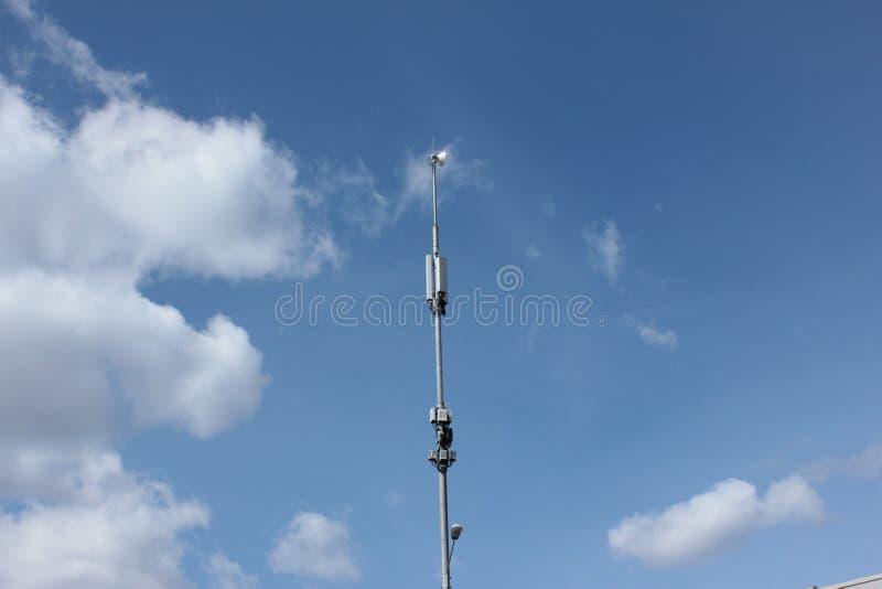Ένας τηλεφωνικός πύργος κυττάρων στο υπόβαθρο μπλε ουρανού στοκ φωτογραφίες με δικαίωμα ελεύθερης χρήσης