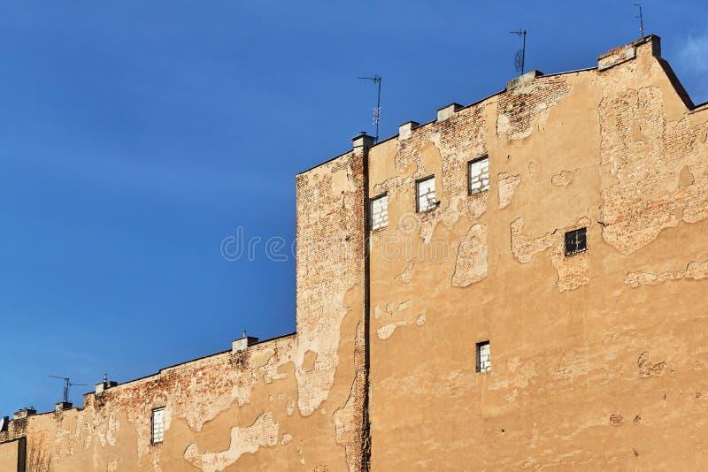 Ένας τοίχος ενός κτηρίου με επάνω τα παράθυρα στοκ φωτογραφία με δικαίωμα ελεύθερης χρήσης