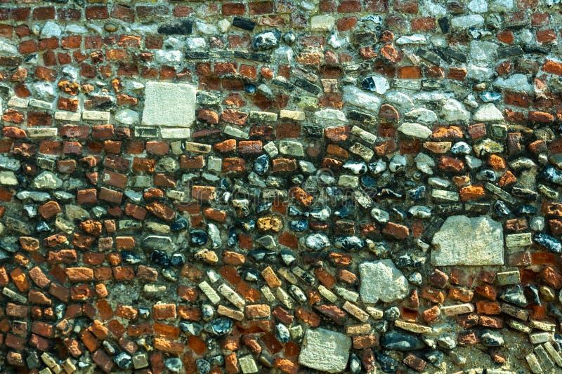 Ένας τοίχος που χτίζεται των διαφορετικών πετρών και των τούβλων στοκ φωτογραφίες