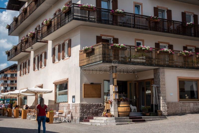 Ένας τουρίστας που περπατά στην πόλη Cortina, Cortina Δ ` Ampezzo, νότος στοκ φωτογραφίες
