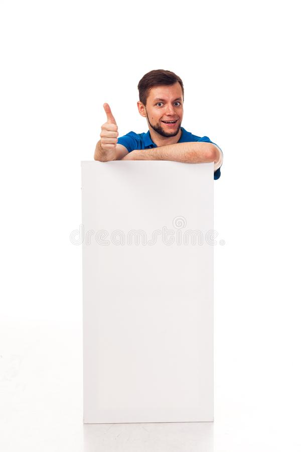 Ένας τύπος με μια τοποθέτηση γενειάδων με ένα άσπρο σημάδι Μπορέστε να χρησιμοποιηθείτε για να τοποθετήσει τη διαφήμιση, το λογότ στοκ εικόνα