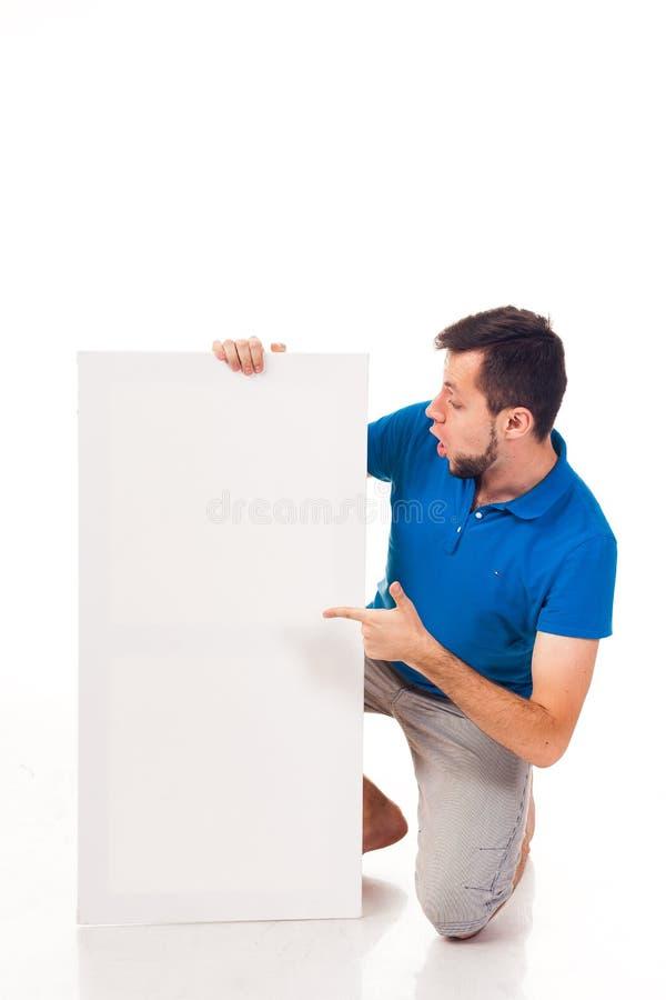 Ένας τύπος με μια τοποθέτηση γενειάδων με ένα άσπρο σημάδι Μπορέστε να χρησιμοποιηθείτε για να τοποθετήσει τη διαφήμιση, το λογότ στοκ φωτογραφίες