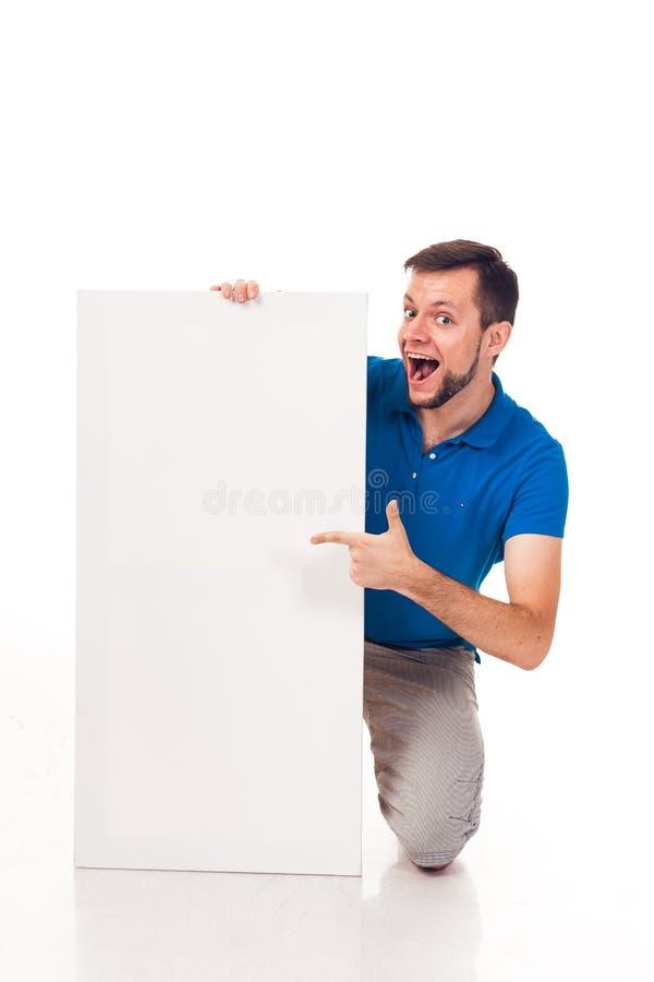 Ένας τύπος με μια τοποθέτηση γενειάδων με ένα άσπρο σημάδι Μπορέστε να χρησιμοποιηθείτε για να τοποθετήσει τη διαφήμιση, το λογότ στοκ φωτογραφίες με δικαίωμα ελεύθερης χρήσης