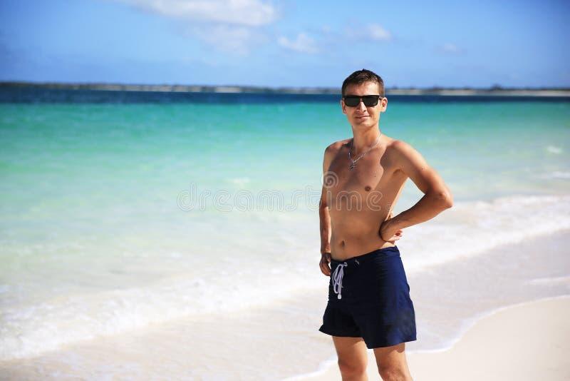 Ένας τύπος σε μια παραλία παραδείσου στοκ εικόνα