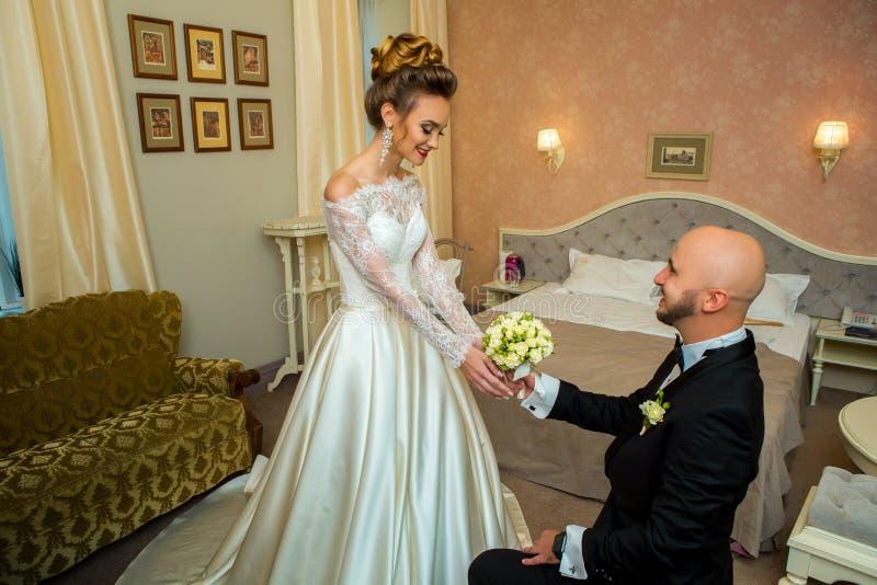 Ένας τύπος στέκεται στο γόνατό του ενώπιον της μελλοντικής συζύγου του στοκ φωτογραφίες