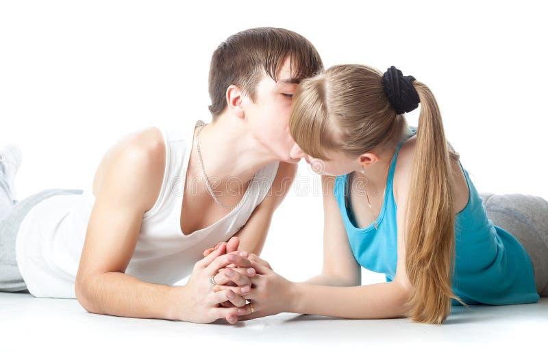 Ένας τύπος φιλά τη φίλη του στοκ φωτογραφίες