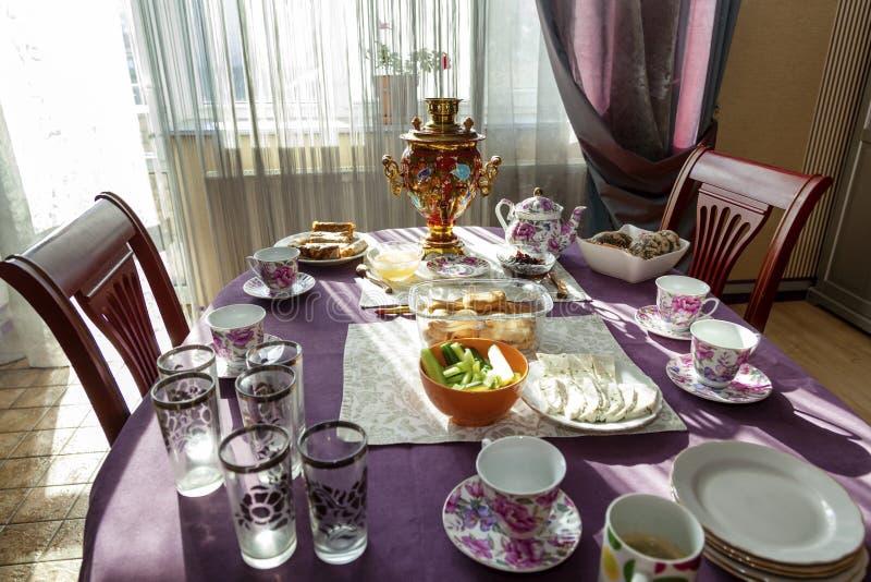 Ένας υπέροχα τοποθετημένος να δειπνήσει πίνακας για το τσάι στοκ φωτογραφία με δικαίωμα ελεύθερης χρήσης