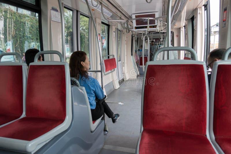 Ένας υπόγειος δημόσιου μέσου μεταφοράς πηγαίνει σε έναν προορισμό με τους ανθρώπους μέσα στη Ιστανμπούλ Τουρκία στις 26 Σεπτεμβρί στοκ φωτογραφία με δικαίωμα ελεύθερης χρήσης