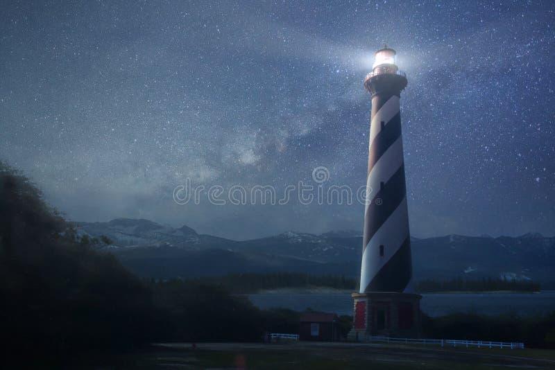 Ένας φάρος κάτω από το νυχτερινό ουρανό στοκ εικόνες