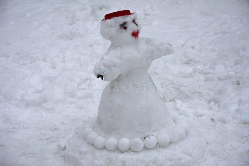 Ένας φοβερός άσχημος χιονάνθρωπος γλυπτός από το χιόνι από τα παιδιά στοκ εικόνες με δικαίωμα ελεύθερης χρήσης