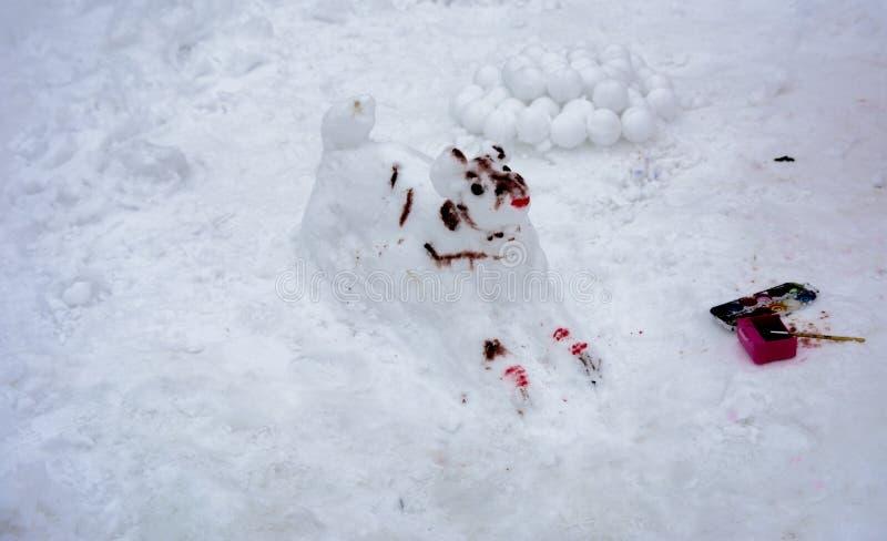 Ένας φοβερός άσχημος χιονάνθρωπος γλυπτός από το χιόνι από τα παιδιά στοκ εικόνα με δικαίωμα ελεύθερης χρήσης