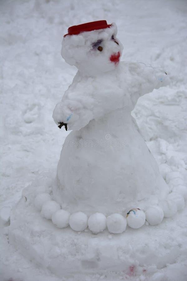 Ένας φοβερός άσχημος χιονάνθρωπος γλυπτός από το χιόνι από τα παιδιά στοκ φωτογραφίες