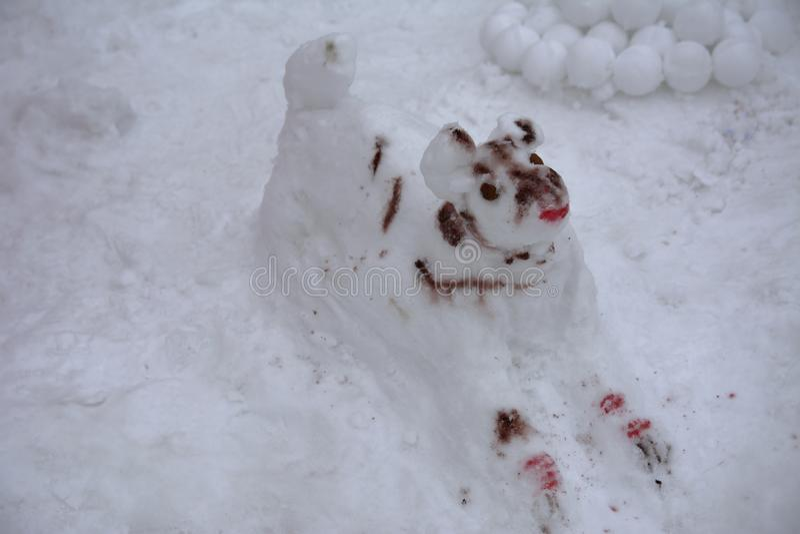 Ένας φοβερός άσχημος χιονάνθρωπος γλυπτός από το χιόνι από τα παιδιά στοκ φωτογραφία με δικαίωμα ελεύθερης χρήσης