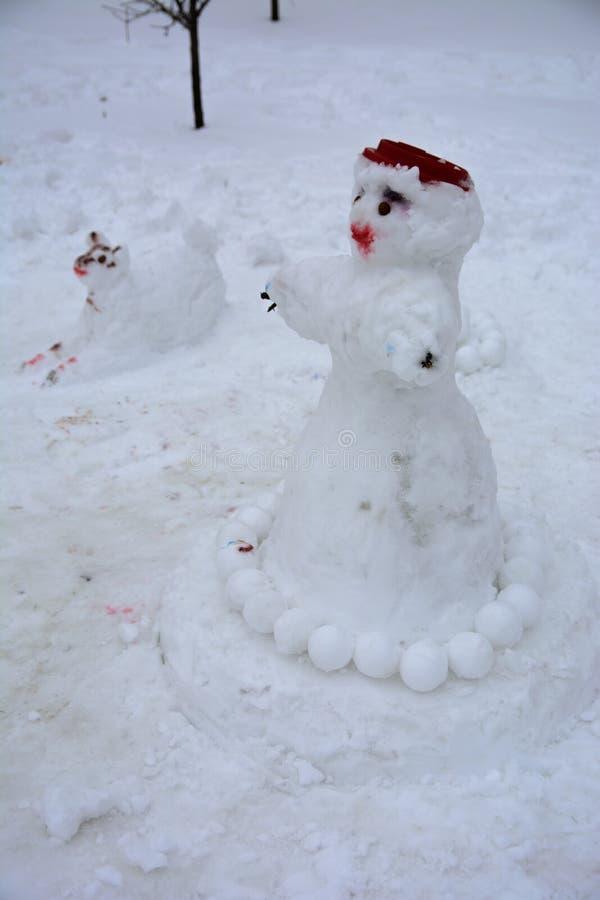 Ένας φοβερός άσχημος χιονάνθρωπος γλυπτός από το χιόνι από τα παιδιά στοκ φωτογραφίες με δικαίωμα ελεύθερης χρήσης