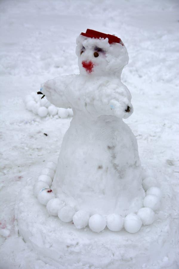 Ένας φοβερός άσχημος χιονάνθρωπος γλυπτός από το χιόνι από τα παιδιά στοκ εικόνα
