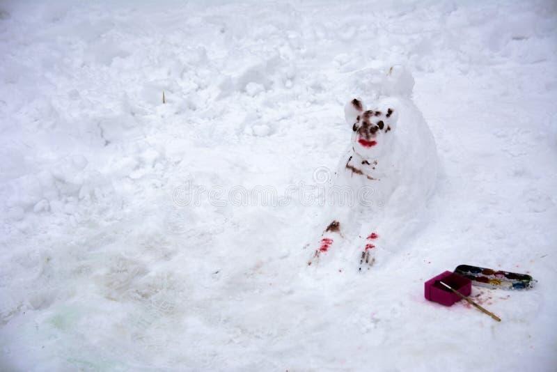 Ένας φοβερός άσχημος χιονάνθρωπος γλυπτός από το χιόνι στοκ εικόνα με δικαίωμα ελεύθερης χρήσης
