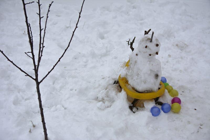 Ένας φοβερός άσχημος χιονάνθρωπος γλυπτός από το χιόνι στοκ εικόνες με δικαίωμα ελεύθερης χρήσης