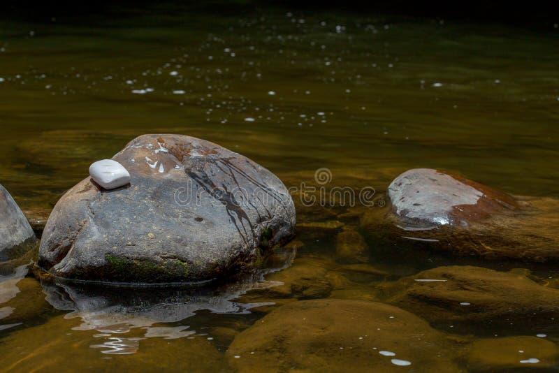 Ένας φραγμός του άσπρου σαπουνιού στηρίζεται πέρα από έναν βράχο ΙΙ στοκ εικόνες με δικαίωμα ελεύθερης χρήσης