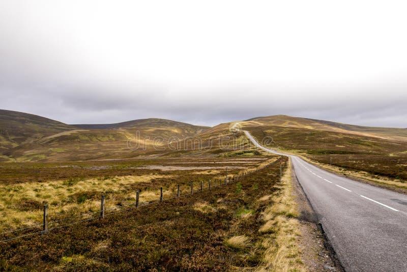 Ένας φυσικός δρόμος μέσω των ορεινών περιοχών κατά τη διάρκεια του φθινοπώρου κοντά στο κέντρο σκι Lecht στο εθνικό πάρκο Cairngo στοκ φωτογραφίες με δικαίωμα ελεύθερης χρήσης