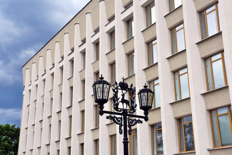 Ένας φωτεινός σηματοδότης που διακοσμείται από το γλυπτό ελαφιών Κρεμλίνο σε Nizhniy Novgorod, Ρωσία στοκ φωτογραφίες με δικαίωμα ελεύθερης χρήσης