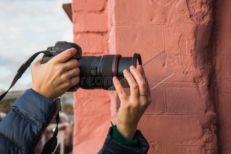 Ένας φωτογράφος που χρησιμοποιεί τις πρόσθετες συσκευές για να πάρει τα αποτελέσματα σε μια φωτογραφία στοκ φωτογραφίες