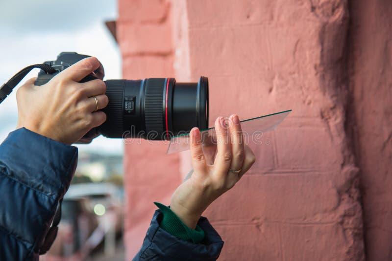 Ένας φωτογράφος που χρησιμοποιεί τις πρόσθετες συσκευές για να πάρει τα αποτελέσματα σε μια φωτογραφία στοκ εικόνες με δικαίωμα ελεύθερης χρήσης