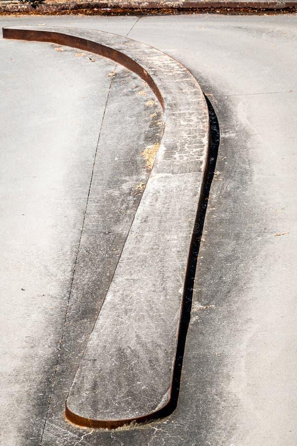 Ένας χαμηλός φράκτης καμπυλών στο δρόμο στοκ φωτογραφία με δικαίωμα ελεύθερης χρήσης