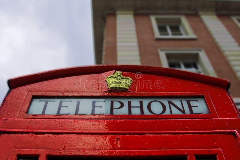 Ένας χαρακτηριστικός κόκκινος τηλεφωνικός θάλαμος του Λονδίνου στοκ φωτογραφία με δικαίωμα ελεύθερης χρήσης
