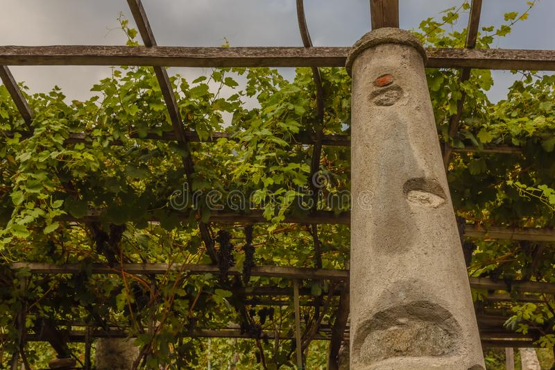 Ένας χαρακτηριστικός πυλώνας της πέτρας και ασβέστης των αμπελώνων της Carema, pi στοκ εικόνα