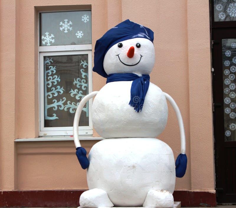 Ένας χιονάνθρωπος σε ένα μπλε καπέλο στοκ εικόνες