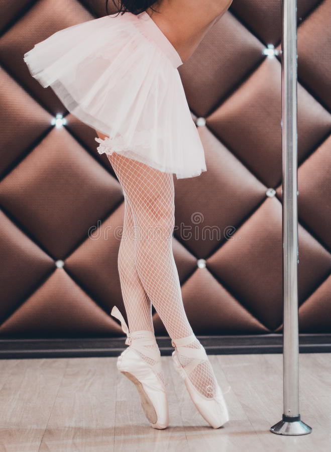 Ένας χορευτής μπαλέτου που στέκεται σε Pointe κοντά στον πόλο Κινηματογράφηση σε πρώτο πλάνο στοκ φωτογραφίες
