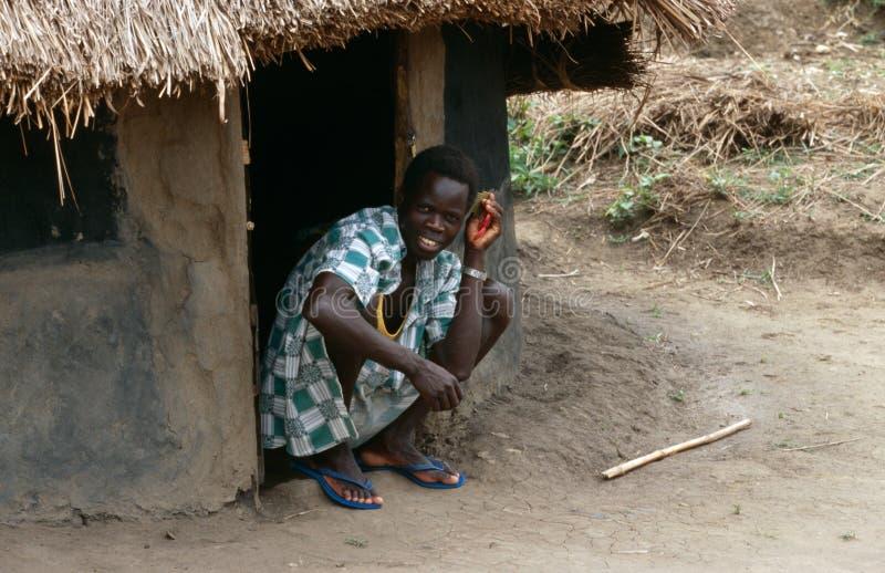 Ένας χωρικός έξω από μια καλύβα, Ουγκάντα. στοκ εικόνες