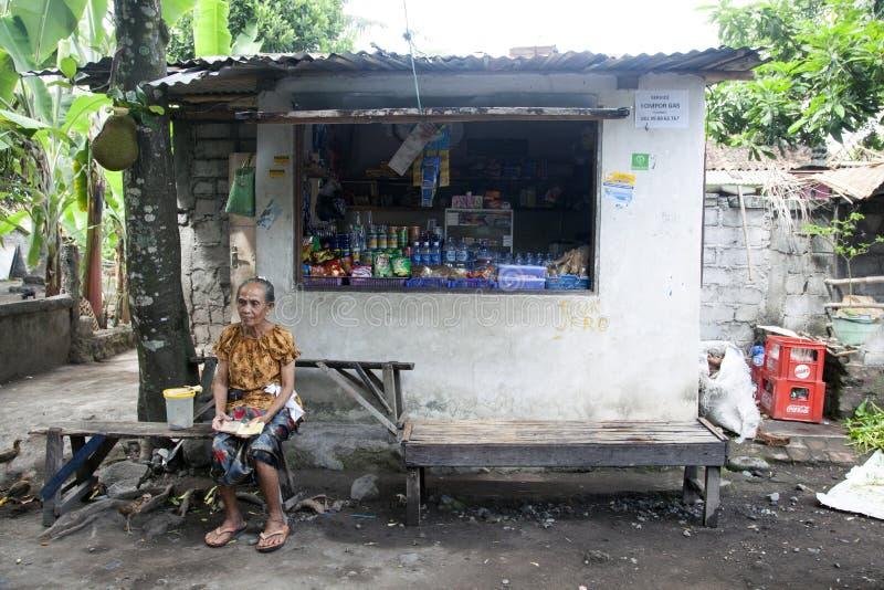 Ένας χωρικός και το κατάστημά της στοκ φωτογραφία με δικαίωμα ελεύθερης χρήσης
