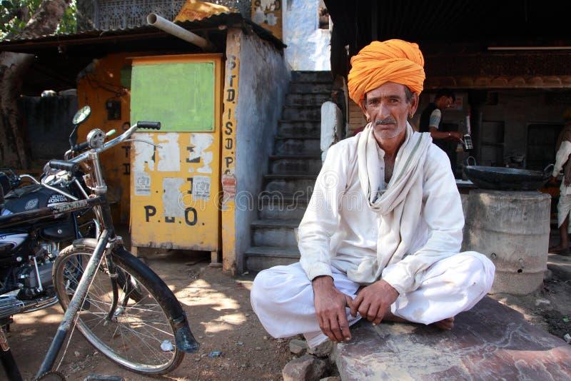 Ένας χωρικός που φορά ένα παραδοσιακό τουρμπάνι Rajasthani στοκ εικόνες
