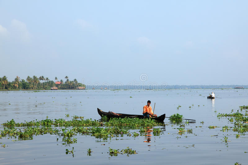 Ένας χωρικός σε μια βάρκα κάνει την αλιεία στα τέλματα στοκ εικόνα με δικαίωμα ελεύθερης χρήσης