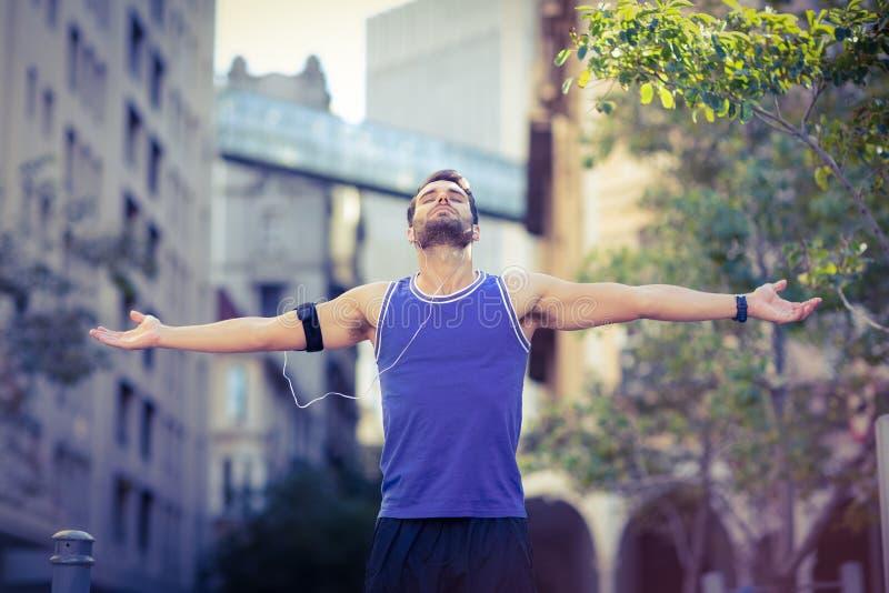 Ένας όμορφος αθλητής που απολαμβάνει τον ήλιο στοκ φωτογραφίες