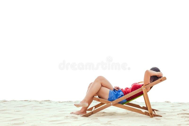 Ένας ύπνος γυναικών στην καρέκλα παραλιών στοκ εικόνες
