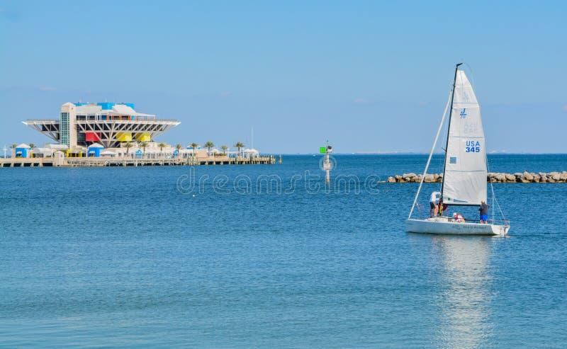 Ένας sailboat τίτλος προς την αποβάθρα της Αγία Πετρούπολης Πηγαίνει στο Tampa Bay στη Φλώριδα στοκ εικόνες