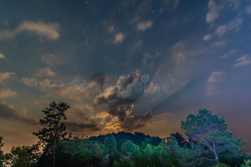 Έναστρη άποψη ουρανού κατά τη διάρκεια της ανατολής του φεγγαριού στοκ εικόνα