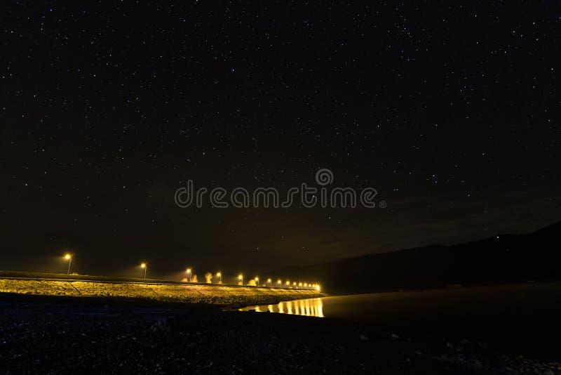 Έναστρη νύχτα στη λίμνη, φω'τα αυτοκινητόδρομων στοκ εικόνες με δικαίωμα ελεύθερης χρήσης