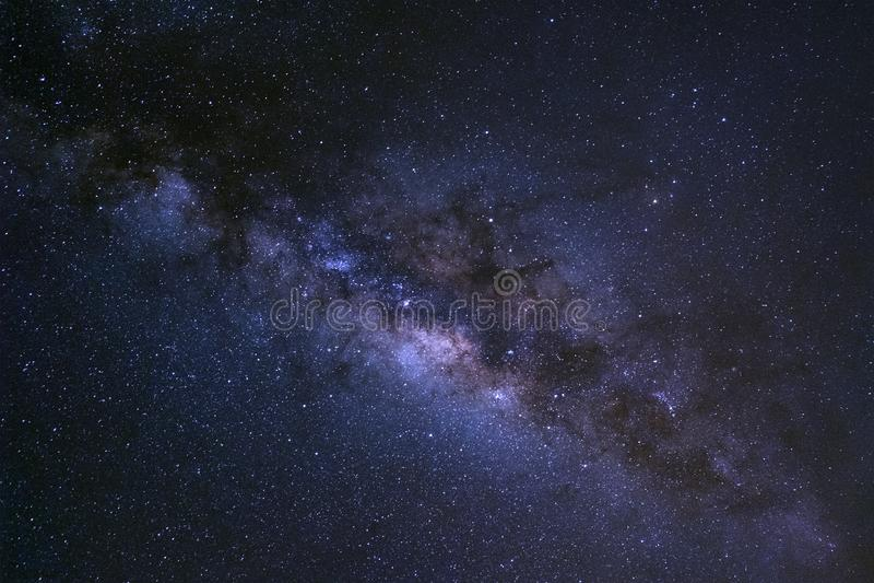 Έναστρος νυχτερινός ουρανός, γαλακτώδης γαλαξίας τρόπων με τα αστέρια και διαστημική σκόνη μέσα στοκ εικόνες με δικαίωμα ελεύθερης χρήσης