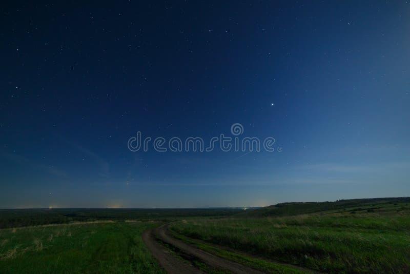Έναστρος ουρανός νύχτας επάνω από το δρόμο στην επαρχία στοκ εικόνα