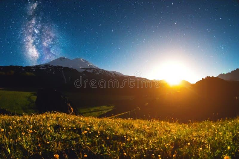 Έναστρο τοπίο νύχτας του υποστηρίγματος Elbrus στο ηλιοβασίλεμα του φεγγαριού στοκ εικόνες με δικαίωμα ελεύθερης χρήσης